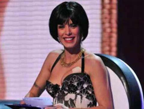 Elisabetta Canalis presenta il suo nuovo look, un caschetto nero.
