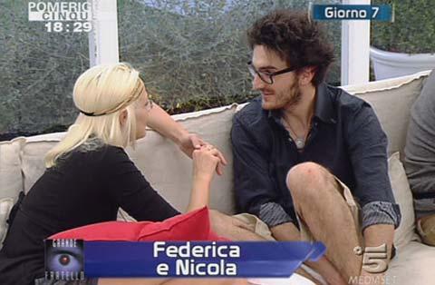 """GF 9, le """"tette"""" di Federica fanno Cin Cin, Nicola tocca e controlla!"""