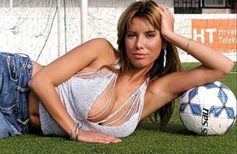 Nives Celzijus e Dino Drpic, sesso in un campo di calcio!!!