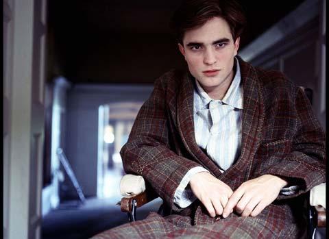 Robert Pattinson taglia prima i capelli poi si mostra nudo in The Haunted Airman