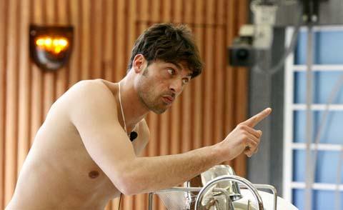 Paolo Mari si spoglia nudo, il Grande Fratello 9 lo squalifica, ecco il video!!!
