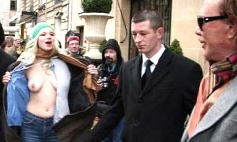 Mickey Rourke, ecco il topless di una fan!!!