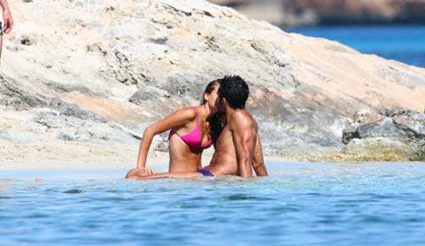 Costanza Caracciolo paparazzata a Formentera con Alessandro Fogacci!!! Ora è tris di calciatori