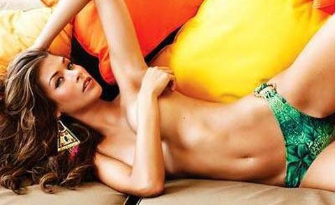 Dayana Mendoza scatti hot su Maxim aspettando Enrico Papi