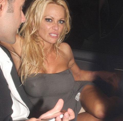 Pamela Anderson ubriaca e mutandine in bella vista
