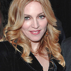 Una giovane Madonna sconosciuta e posa per delle foto senza veli