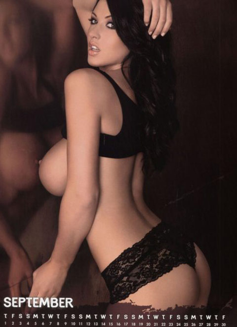Alice goodwin nuda ed in lingerie per il suo calendario 2011.